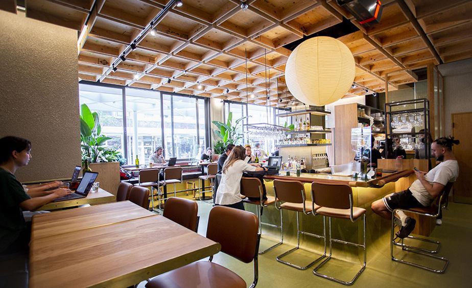 Brouillon se veut un lieu de socialisation et de télétravail dans un décor inspirant (conçu en collaboration avec l'Atelier Zébulon Perron).