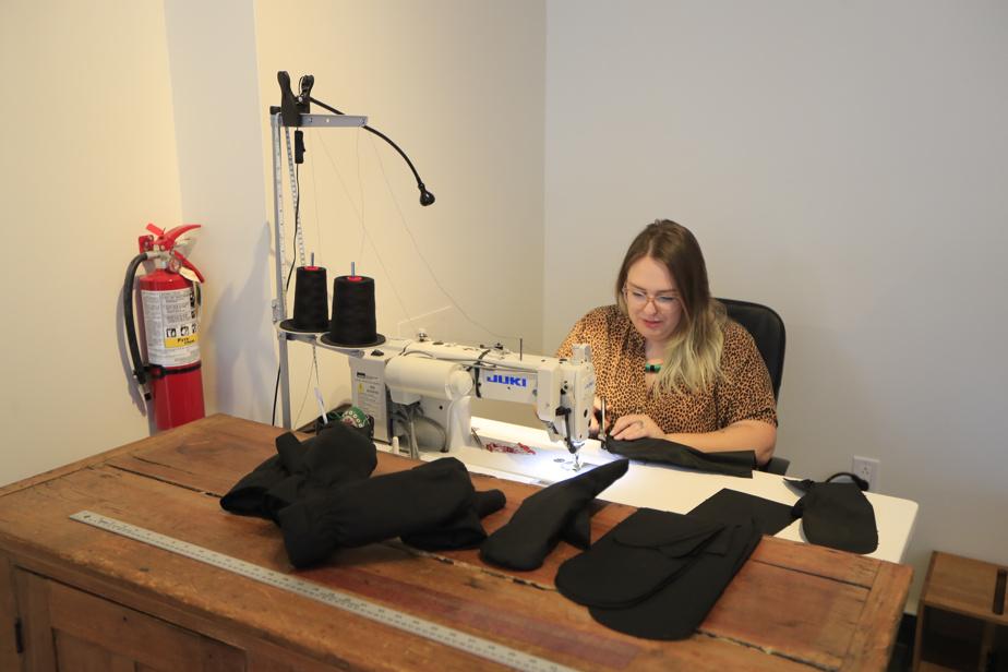 Tous les manteaux et accessoires Olmsted sont fabriqués à la main, dans l'atelier-boutique d'Olmsted.
