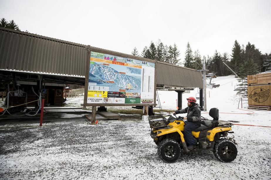 Un peu partout sur la montagne, des employés s'activent au volant de véhicules tout-terrain en vue d'une ouverture souhaitée pour le début de décembre.