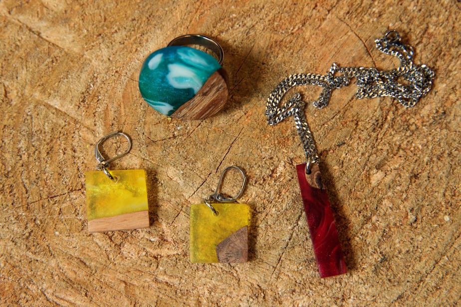 Les créations de Laurence Perreault, surnommées «les mille morceaux», sont très diverses: ici, boucles d'oreille, bague et collier sont au nombre des bijoux qu'elle fabrique.
