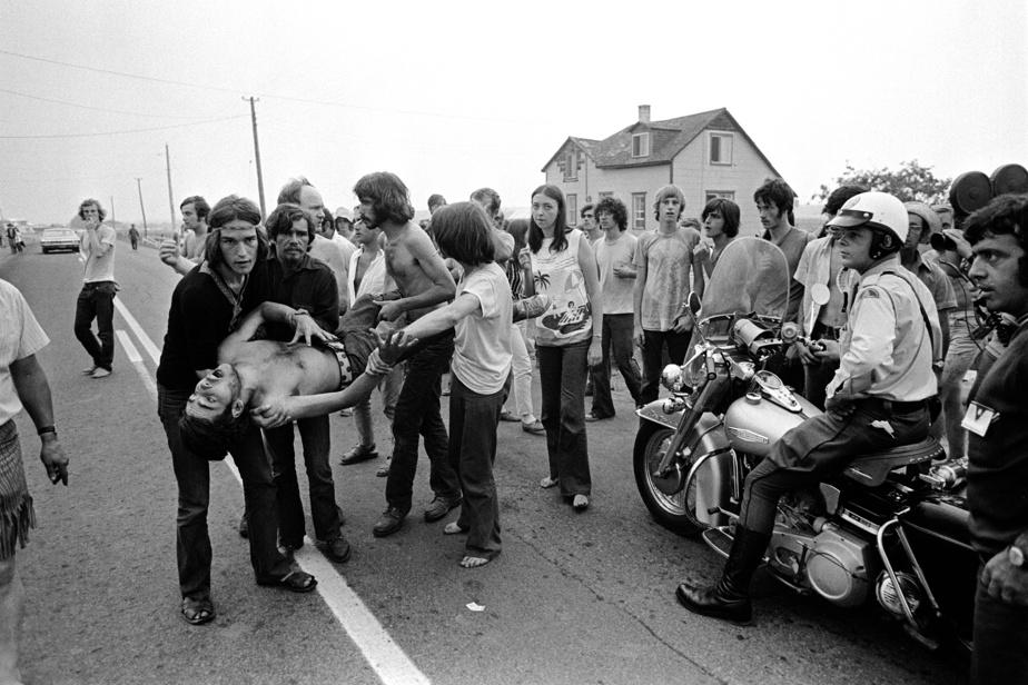 Sous l'œil d'un policier, ce jeune homme subit un très «mauvais voyage» pendant le Festival pop de Manseau, en 1970, dans la région des Bois-Francs.