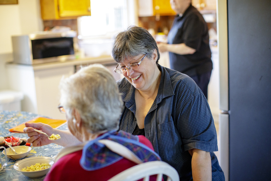Joanne Adams fait manger sa mère. Elle mastique lentement. « C'est bon », souffle Simone Baron, qui a notamment été serveuse chez Da Giovanni et qui a travaillé à l'usine de pain Weston.