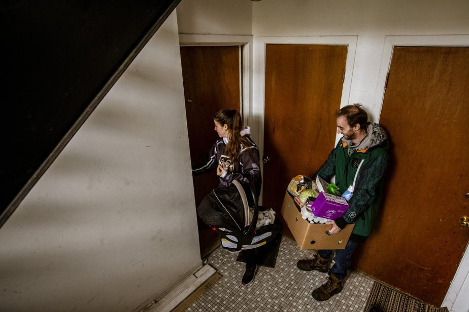 Depuis l'automne et à cause de la pandémie, Annie et Joël doivent avoir recours à une banque alimentaire.