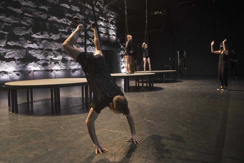 Danseurs et acrobates répètent en prévision du tournage du film Sept moments de joie.