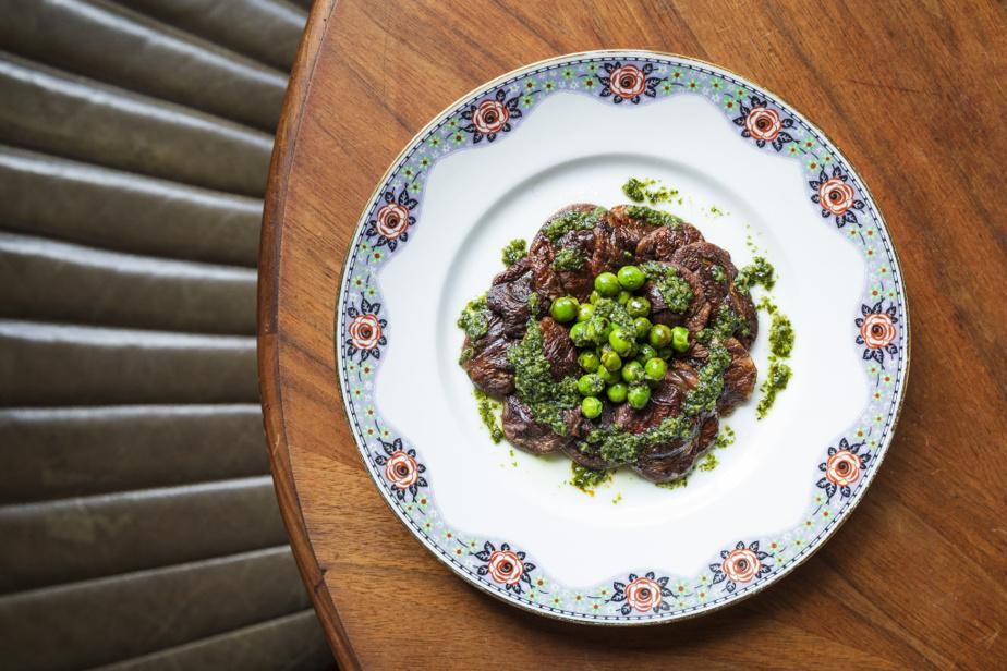 Le menu est constitué de plusieurs entrées à partager, comme ces shiitakés grillés avec petits pois au beurre de basilic.