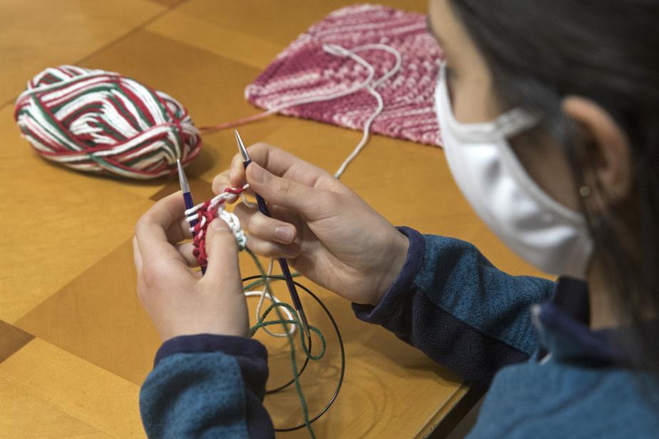 Adèla, 11ans, tricote à l'endroit les mailles. «À un moment donné, tesmains vont tricoter toutes seules», assure Madeleine Savard.