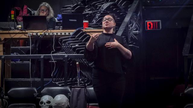 Kiviuq Returns   Qaggiavuut! [Le retour de Kiviuq   Qaggiavuut! ], 2019, Laakkuluk Williamson-Bathory, performance multimédia collaborative et œuvre visuelle. Vue de la performance au Tarragon Theatre, à Toronto, sous la direction de l'artiste.