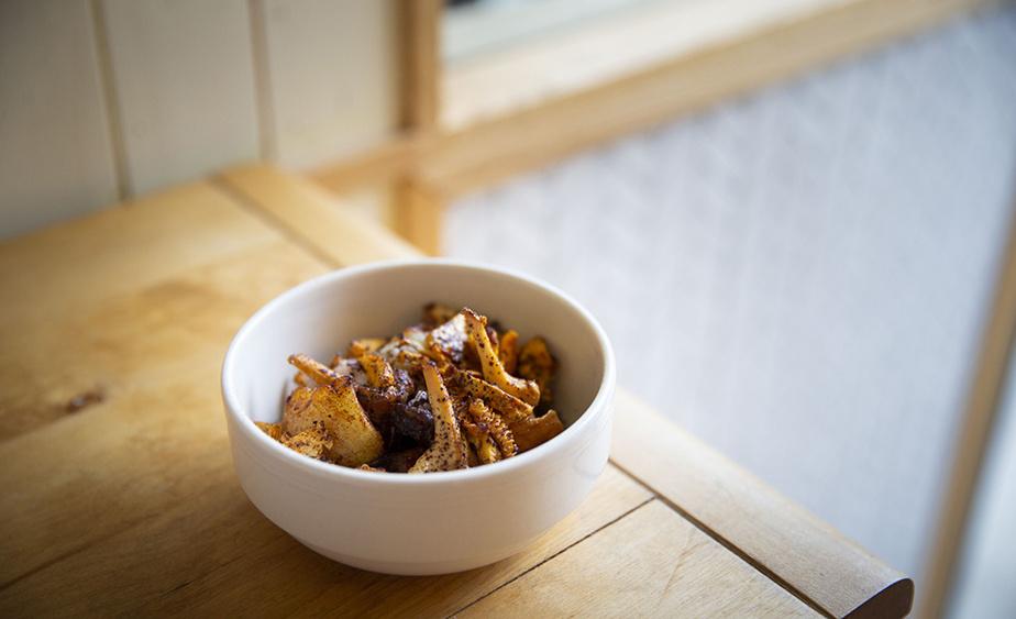 Cet «à-côté» est composé de pommes de terre nouvelles cuites, écrasées, puis frites, unies à des chanterelles par un beurre à la dulse (une algue) qui fond et les enrobe.