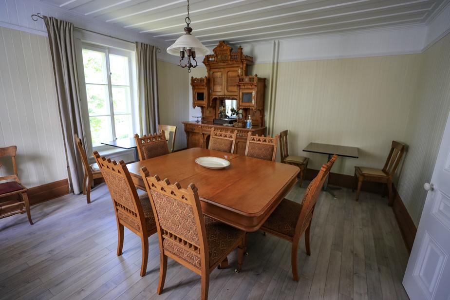 La vocation initiale de la plupart des pièces a été conservée, comme ici la salle à manger. Les magnifiques meubles d'époque ont été donnés par une famille de Saint-Denis.