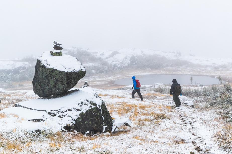C'est une montée sur un sentier boueux et escarpé. Le dernier tiers de la montagne est dépourvu de végétation et exposé à des vents parfois forts.
