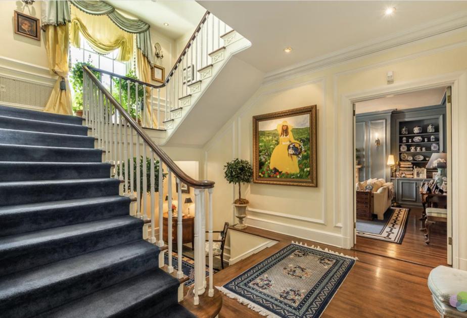 C'est le point de rassemblement du rez-de-chaussée. À mi-chemin entre le boudoir, les escaliers, la cuisine et la salle à manger.