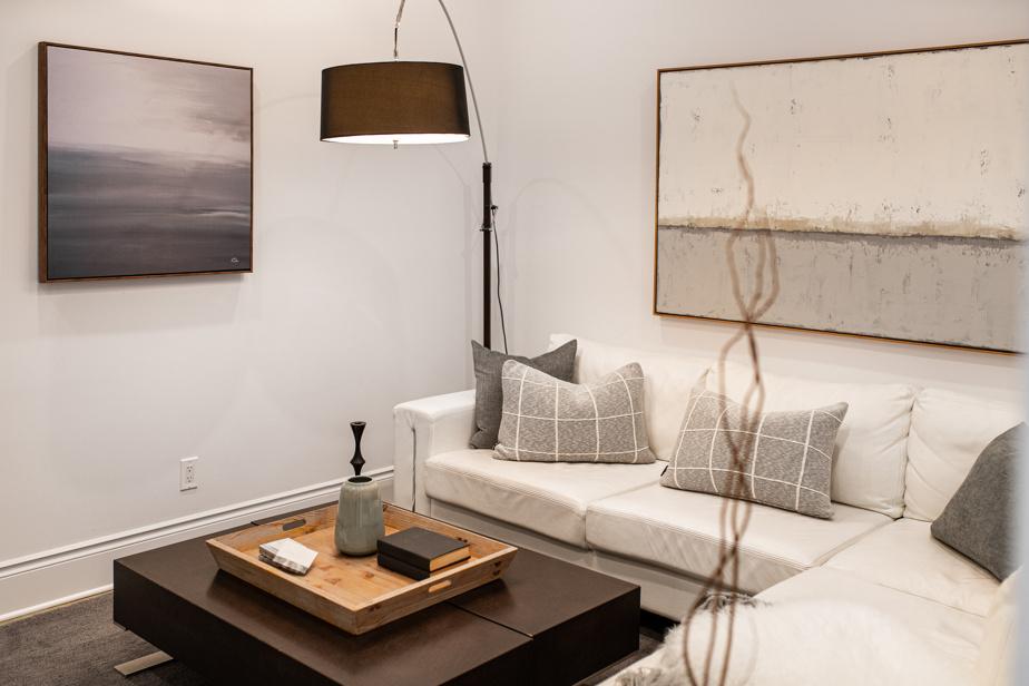 La styliste Marie-Josée Leblanc, de Leblanc Home Staging&Stylisme, a ajouté des tableaux apaisants et a choisi des teintes neutres pour créer une ambiance sereine et rassurante dans ce salon. L'ajout de coussins, d'un plateau de bois, d'un lampadaire et d'accessoires intemporels apporte chaleur et convivialité. «En home staging, il faut plaire à tout le monde, mais aussi tenir compte du type d'acheteur susceptible de s'intéresser à la propriété», dit-elle.