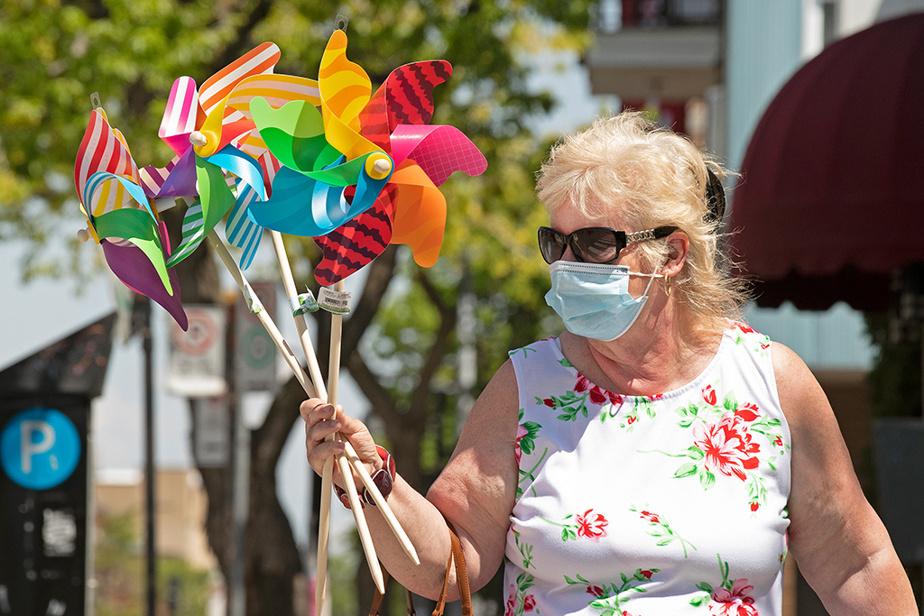 Suzanne Cyr marche sur la rue Jarry avec les vire-vent qu'elle a achetés pour ses petits-enfants.