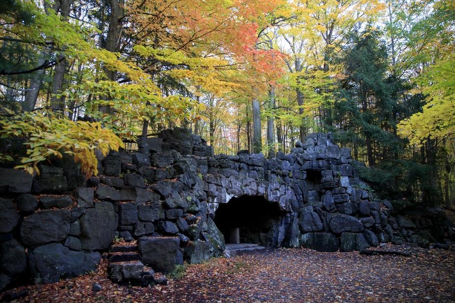 À une certaine époque, cette grotte artificielle servait aux Frères de Saint-Gabriel pour des cérémonies religieuses extérieures.