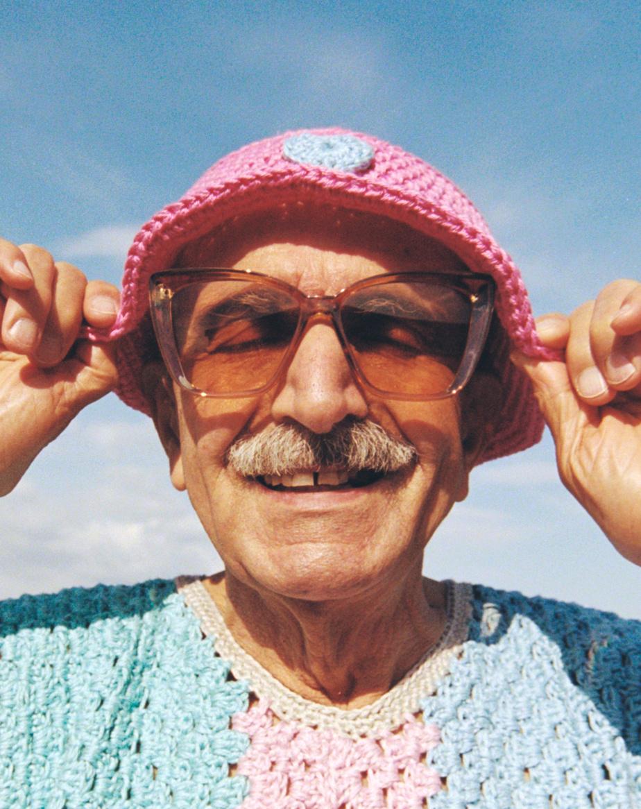 Pour rendre hommage aux personnes âgées, qui ont été durement touchées par la pandémie, les jeunes crocheteuses de Mamé les ont mises de l'avant dans la campagne de promotion de leur deuxième collection.
