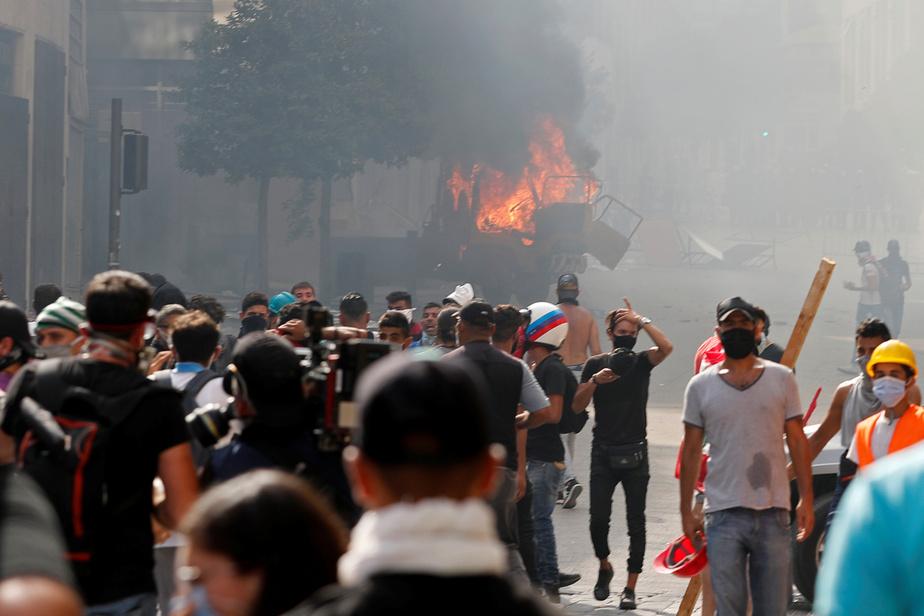 Un véhicule a été incendié alors que les protestataires se rassemblaient près du parlement.