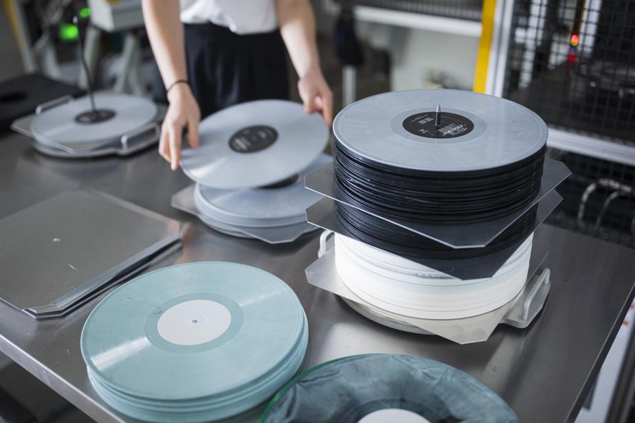 Le pressage des vinyles se fait dans l'arrière-boutique avec de l'équipement tout neuf.