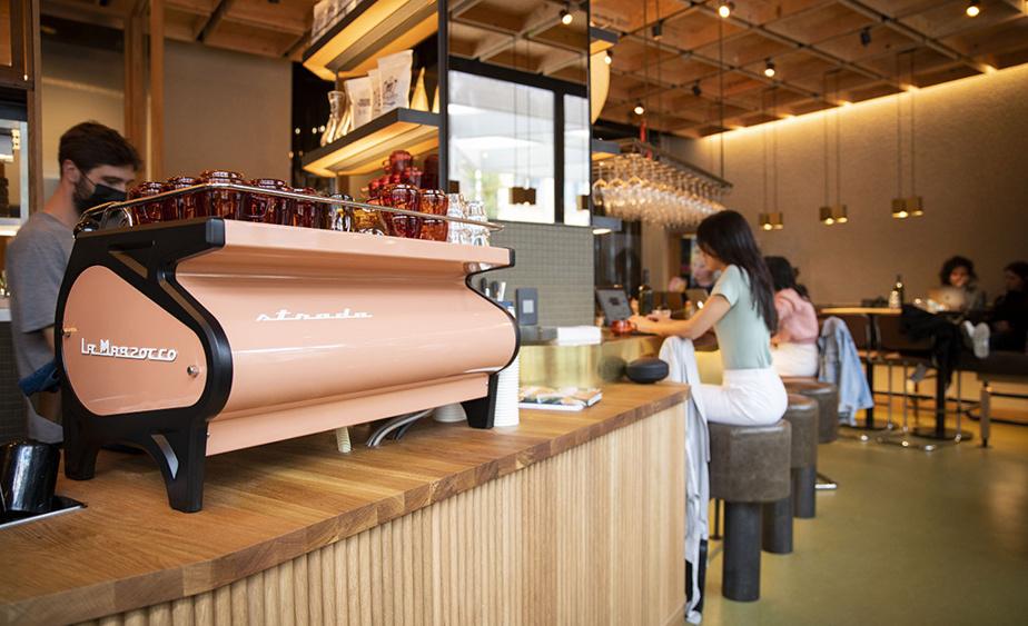 Le matin, Brouillon est un café où on peut prendre le petit-déjeuner.
