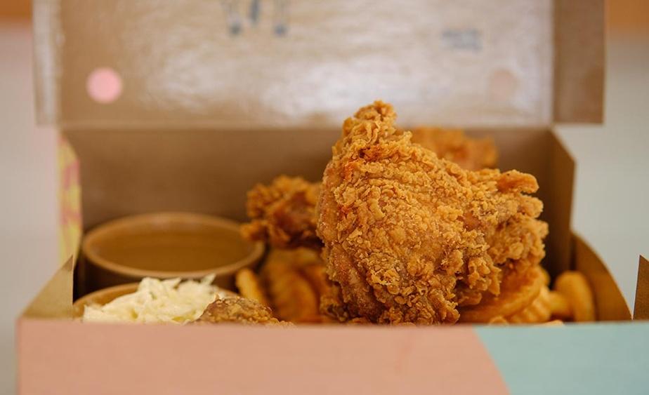 Évidemment, le poulet frit occupe une grande place sur le menu, servi en combo ou en boîte familiale.