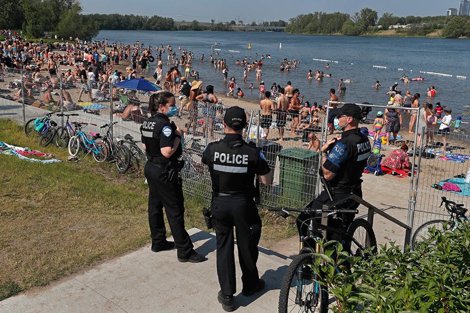 Des agents du Service de police de la Ville de Montréal surveillaient la plage de Verdun, à Montréal, bondée en raison de la canicule, dimanche dernier.