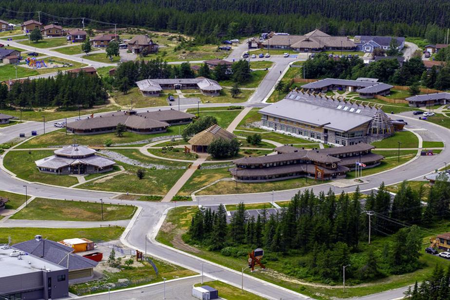L'Institut culturel cri Aanischaaukamikw à Ouje-Bougoumou, dans le Nord-du-Québec, est à la fois un musée, un centre d'archivage, une bibliothèque, un lieu d'enseignement et un centre culturel.