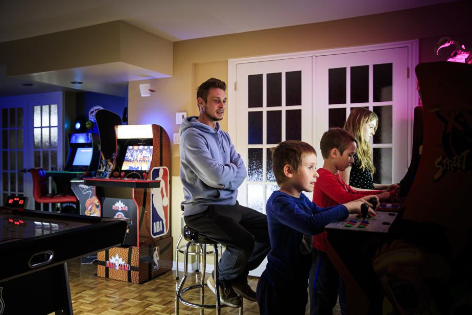 C'est un projet de famille de divertissement?anti-COVID-19 qui a été réalisé dans la famille de Dominic Chamberland?: Léo, Xavier et émilie peuvent descendre au sous-sol les fins de semaine pour se changer les idées, grace aux bornes d'arcade récemment installées.