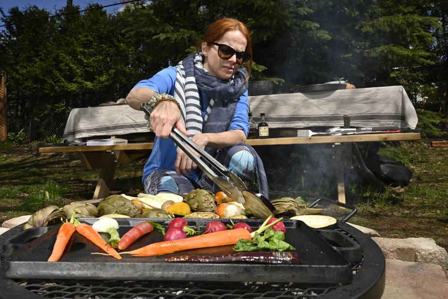À l'aide d'une pince, on surveille les légumes, en les retournant lorsqu'un côté est grillé.