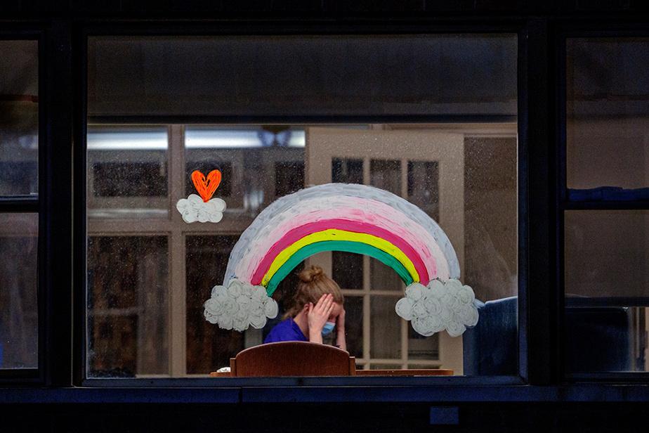 26avril2020. Pause sous l'arc-en-ciel pour une employée du CHSLD Yvon-Brunet, dans le quartier Ville-Émard.