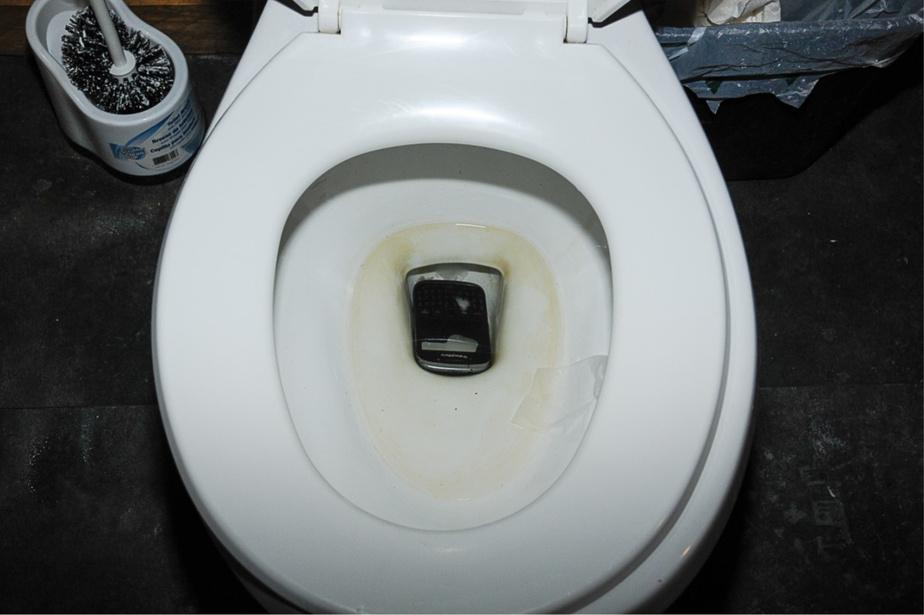 Un des motards a visiblement jeté son appareil de communication dans la cuve de la toilette à l'arrivée des policiers.