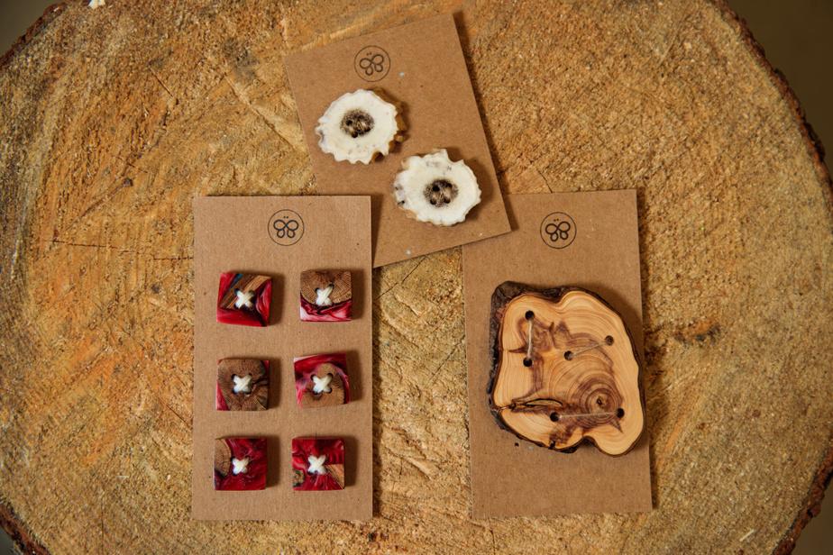 Des boutons décoratifs en bois de vigne rouge