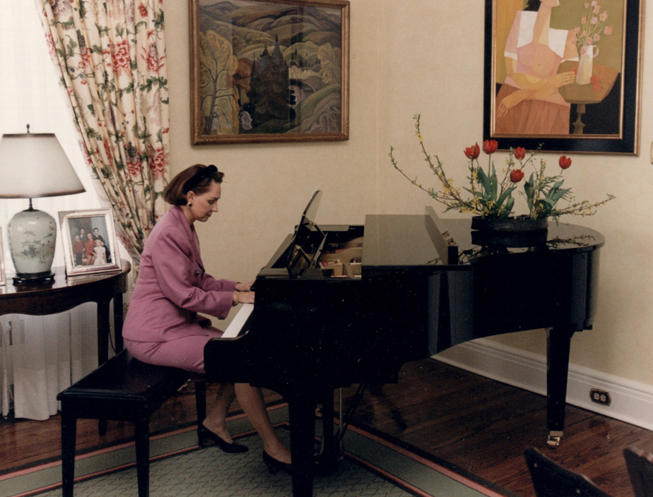 À 54 ans, Aline Chrétien a appris à jouer du piano, allant même jusqu'à donner quelques prestations devant un public, notamment à Trois-Rivières. On la voit ici en 2001.