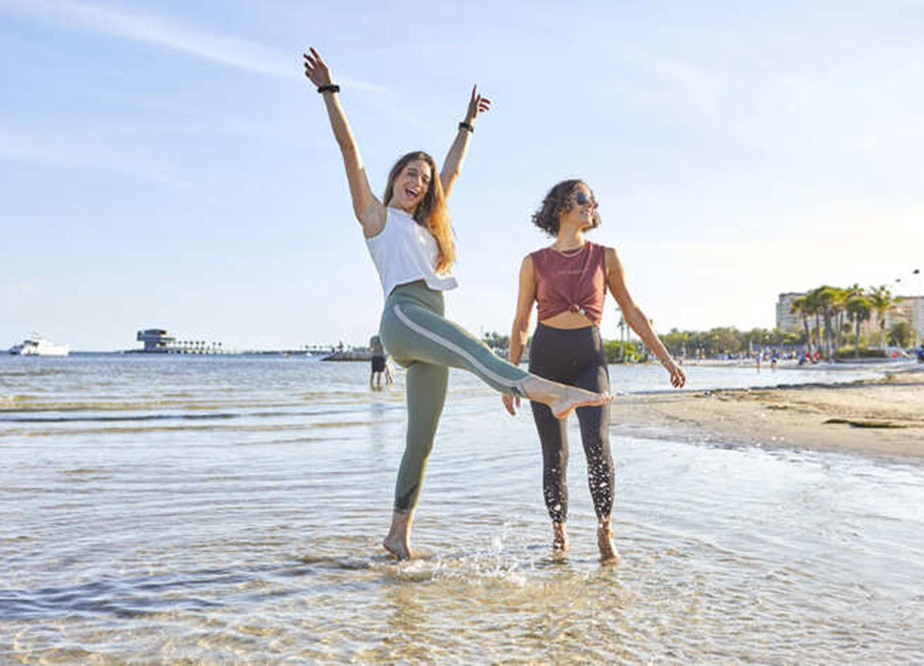 Valentine Thomas (à gauche) porte le legging (125$) issu de sa collaboration avec Rose Buddha et Ocean Wise. À droite, le même legging en noir, qui fait partie de la collection printemps-été 2021 de la marque québécoise.