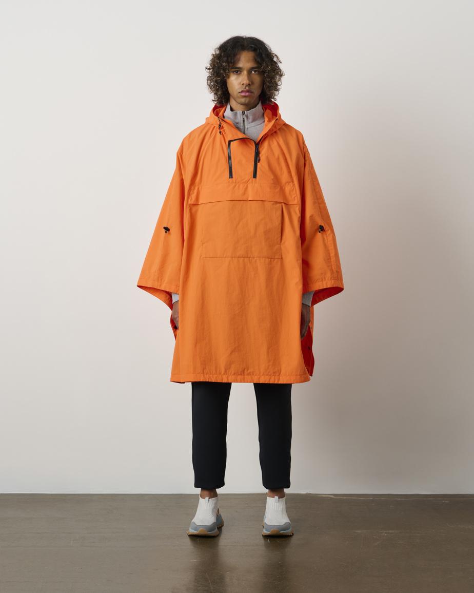 Clin d'œil au premier anorak conçu par Kanuk en 1970, le poncho à coupe ample Abiko est un vêtement de pluie technique fait de toile froissée en nylon, déperlante et coupe-vent. Il est muni d'un capuchon attaché ajustable avec visière et d'une pochette avant avec réchauffe-main. Prix: 490$, offert en deux couleurs.