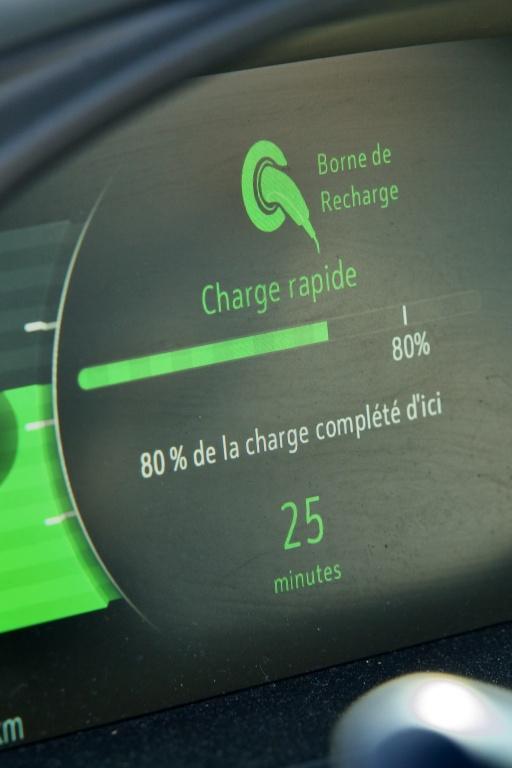 Les bornes de recharge rapide peuvent charger au-delà de 80%, mais la vitesse de chargement ralentit considérablement au-delà de cette limite, afin d'éviter de dégrader la batterie par la surchauffe.