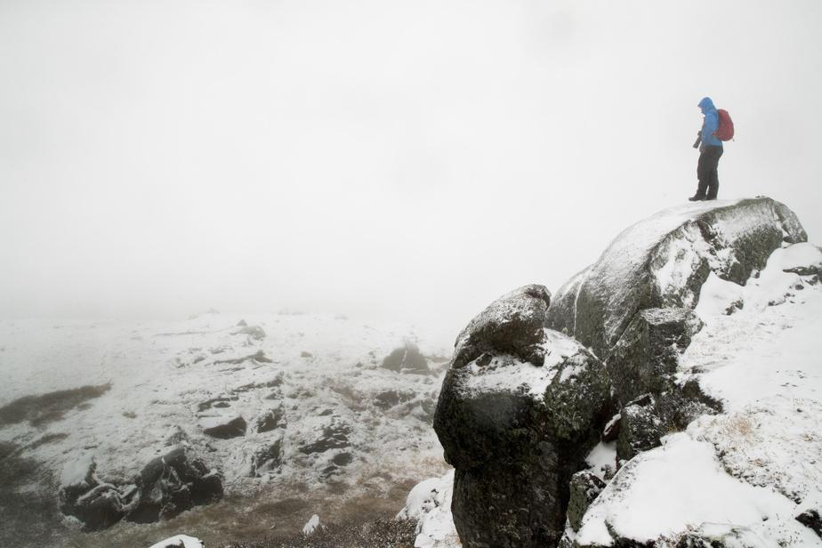 Le sommet du mont Harfang offre une vue panoramique sur le réservoir Manicouagan. Ça ne sera pas pour cette fois-ci, puisque notre expédition se termine sous la neige.