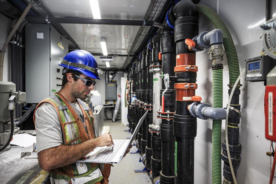 David Mérineau, technicien en environnement, vérifie notamment la toxicité des eaux afin de s'assurer que le système de filtration est adéquat et que l'eau relâchée par les bassins de filtration respecte les normes environnementales.