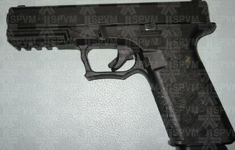 Deux armes à feu, un pistolet à impulsion électrique et un poing américain ont été saisis.