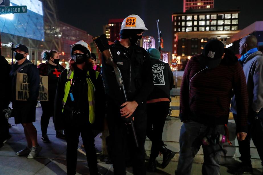 Manifestation de militants du mouvement Black Lives Matter, à Detroit, jeudi soir. L'un des manifestants porte une arme à feu.
