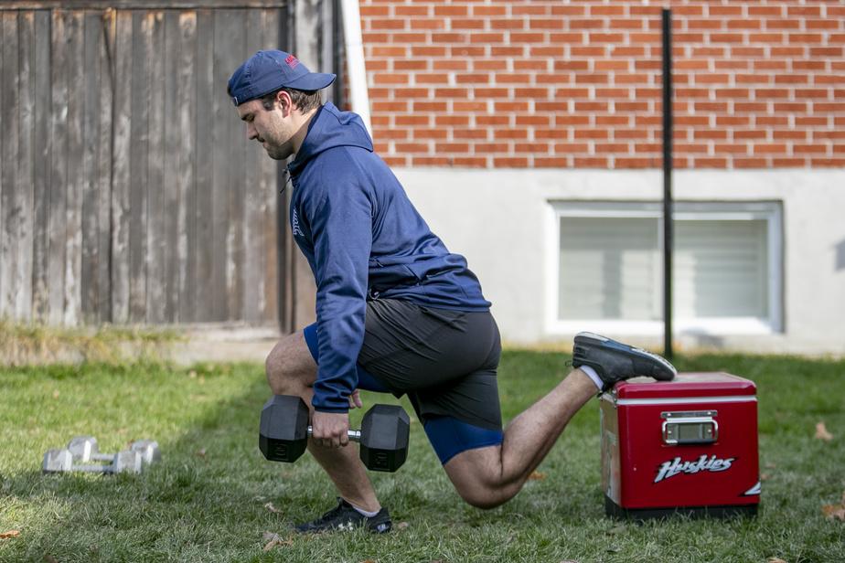 Avec la fermeture des gyms en zone rouge, Joël Teasdale s'entraîne avec les moyens du bord dans la cour arrière de son duplex, à Blainville.