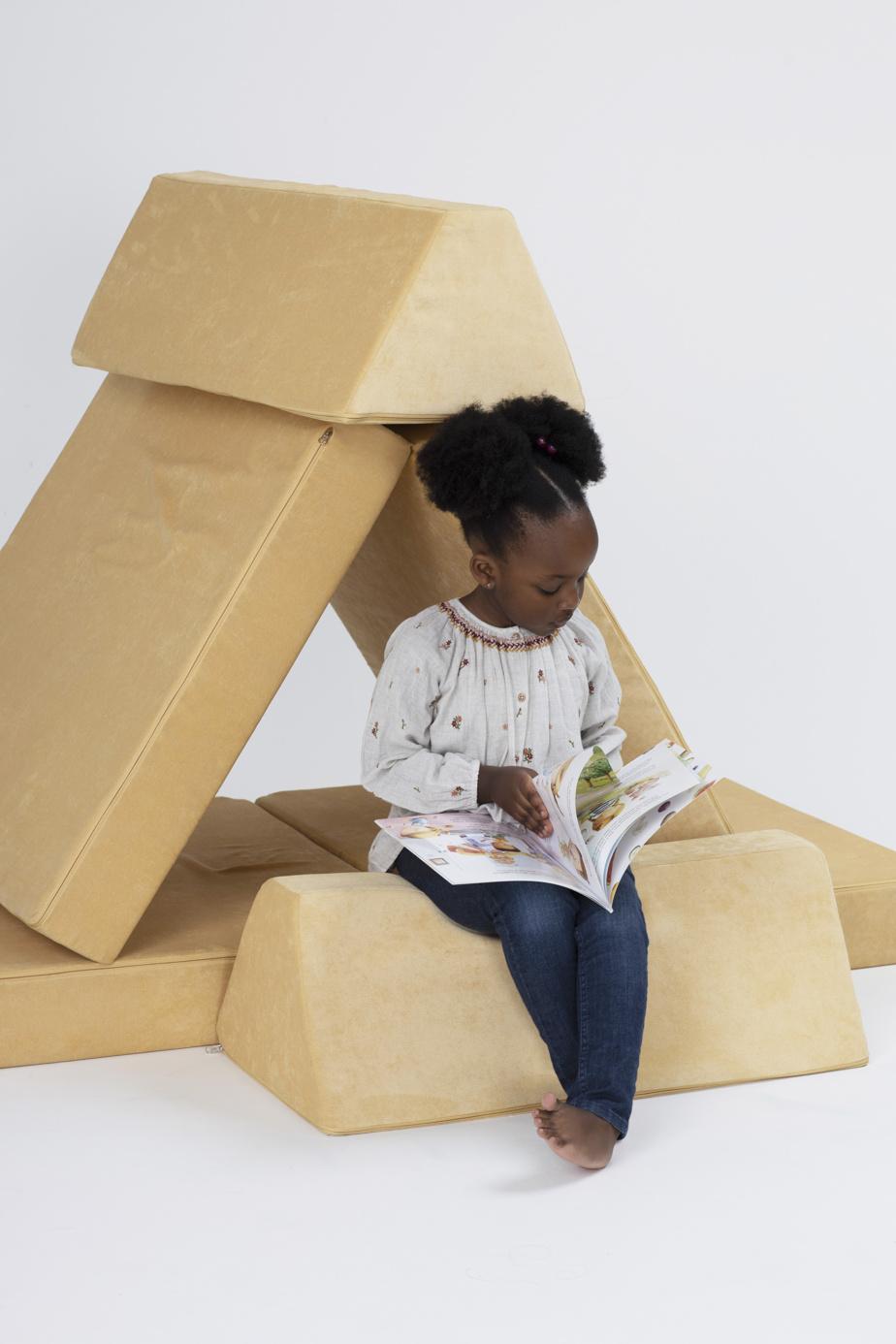 Le canapé peut servir de jeu aux enfants.