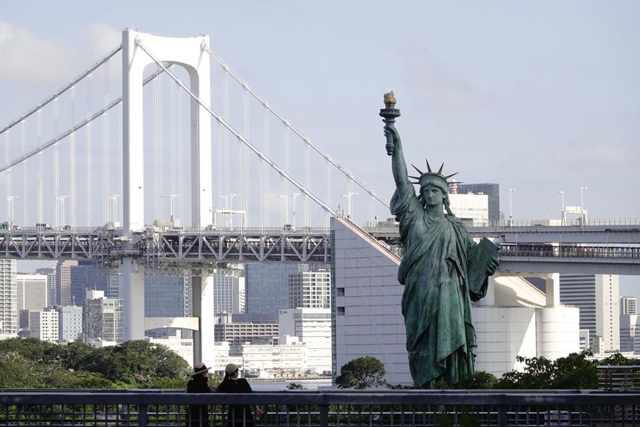 La base nautique d'Odaiba possède aussi sa statue de la Liberté devant le Rainbow Bridge.