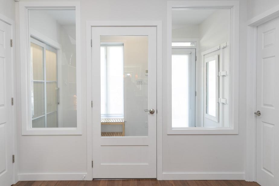 Clair et très fonctionnel, le sas d'entrée équipé d'un plancher chauffant comprend un vaste placard et a été pensé pour pour qu'on puisse y faire entrer une poussette.
