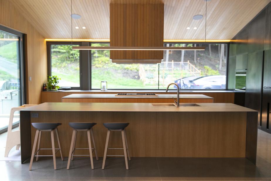 La cuisine est la pièce maîtresse et un terrain de jeu où accueillir les amis et la famille autour de bons plats.