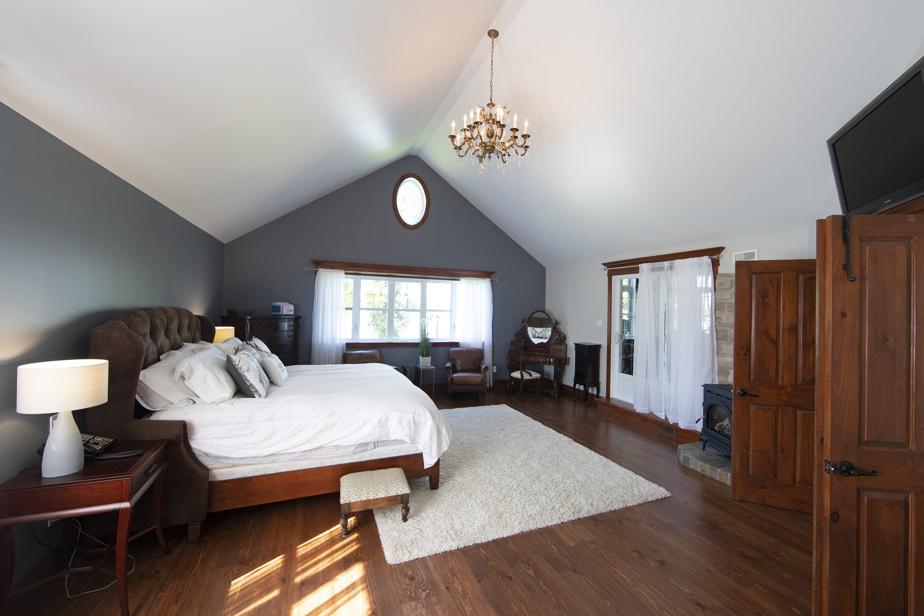 Grande, la chambre compte une salle de bains complète adjacente et est jumelée à une salle d'exercice.