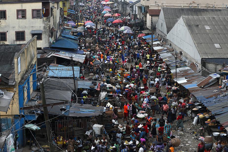 Vue d'un marché public de Lagos, mégalopole économique de 20millions d'habitants, samedi