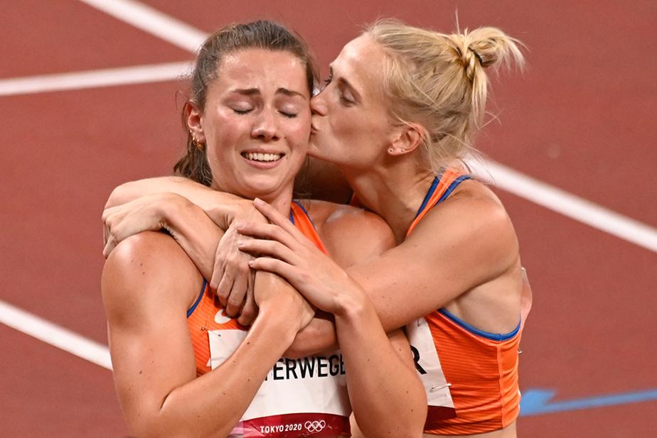 La Néerlandaise AnoukVetter embrasse sa compatriote Emma Oosterwegel au terme de la dernière épreuve de l'heptathlon, le 800m. Elles ont respectivement remporté l'argent et le bronze de la compétition.