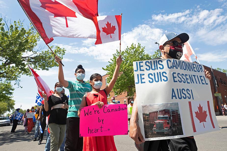 Une manifestation regroupant près de 200personnes a eu lieu le dimanche16mai, à Montréal, afin de réclamer un assouplissement du nouveau programme d'accès à la résidence permanente.