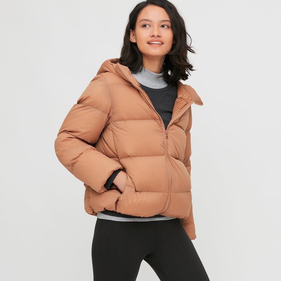 Les vestes et manteaux en duvet ultraléger sont un des produits phares de l'entreprise, comme ce modèle revisité en version ample assurément dans l'air du temps.