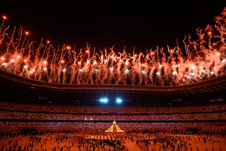 Un feu d'artifice de quelques secondes, salué par le millier de personnes autorisées à assister à la fête au milieu du huis clos, a donné le coup d'envoi de la cérémonie menant aux XXXIIe Jeux de l'histoire moderne.