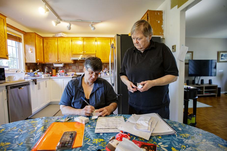 Malgré la lourdeur de la tâche, Mme Adams et Mme Grittnr font tout en leur possible pour ne pas retourner Simone Baron en CHSLD. « Je ne veux pas la lâcher, dit la fille. Mais on s'épuise. C'est comme s'il faut faire le choix entre notre santé et la leur… »